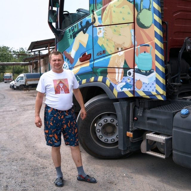Коробков Александр начал свой путь водителя с управления автомобиля АЗС, развозил бензин. Нравятся ему дальние маршруты и новые места, поэтому место работы со временем и сменил. Неизменным остается его талисман – крест в грузовике висит.